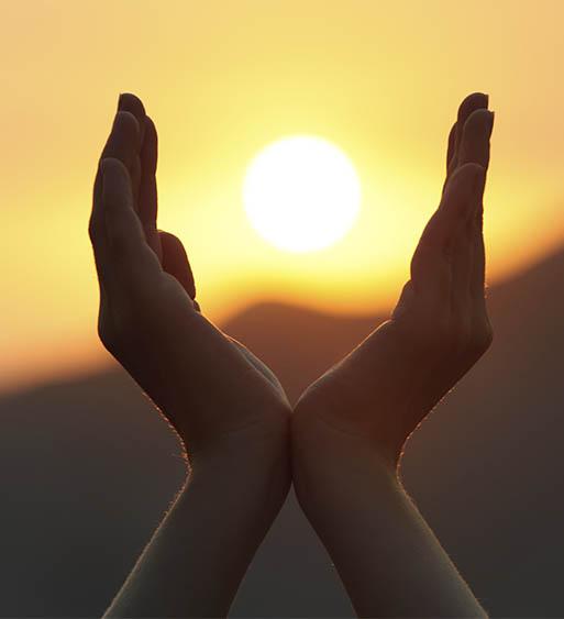 manos montaña sol